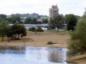 plan d'eau du chêne à Oudon avec les Tour du château médiéval en arrière plan