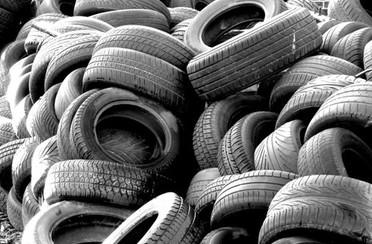 tas de pneus à la déchèterie du secteur de Ligné