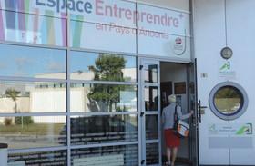 Une femme entrant dans l'Espace Entreprendre