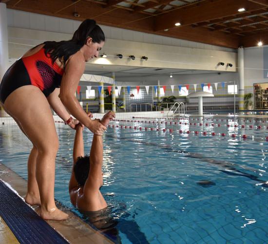 Une femme sortant un corps de l'eau