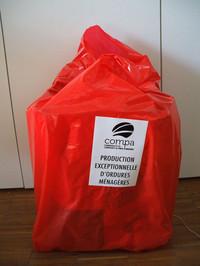 Sac rouge de surproduction de déchets