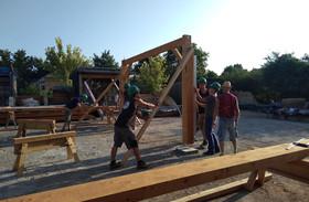 Les stagiaires apprennent à bâtir une structure bois pour un futur préau.