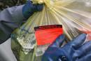 Autocollan rouge de refus de tri sur un sac jaune mal trié