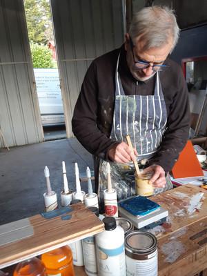 Jean-Christope Billaud, la Cabane à Couleur, prépare des teintes de peinture