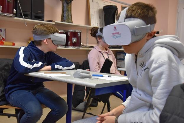 Des élèves testent les masques de réalité virtuelle
